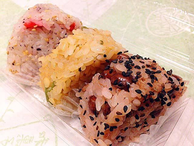 豆だけで着色した自然な色味の赤飯各種も人気@谷中「荻野」