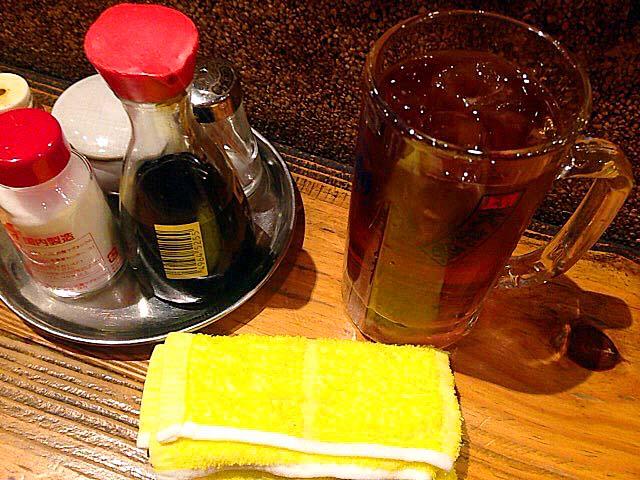 烏龍茶と卓上調味料@上野「大統領 支店」