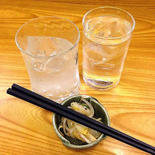 一瞬水割りと勘違いした焼酎ロックとお通し@千駄木の老舗居酒屋「にしきや」