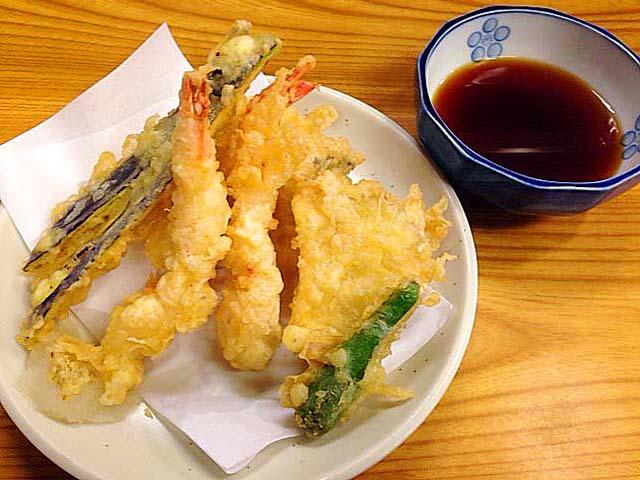 千駄木の老舗居酒屋「にしきや」の天ぷら盛合せ