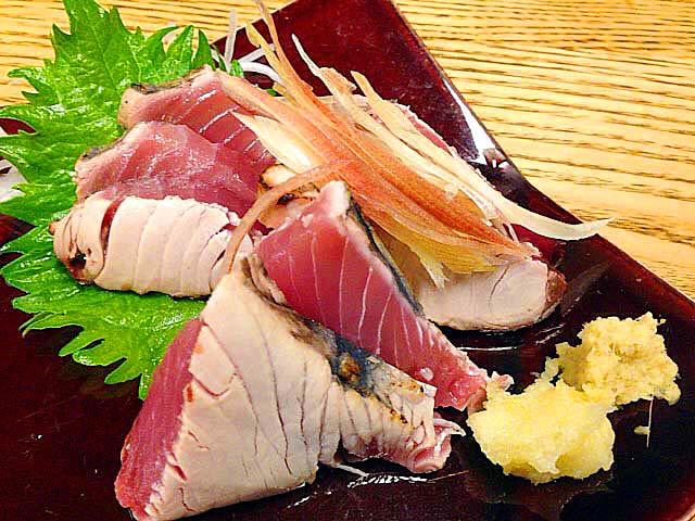 千駄木の老舗居酒屋「にしきや」のカツオ刺し(タタキ)