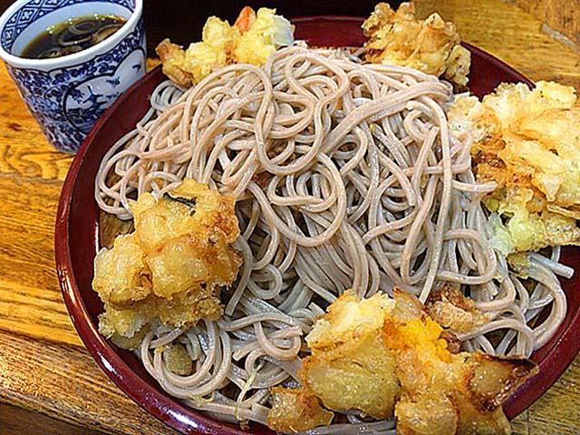 歌舞伎座真裏の老舗「歌舞伎そば」1番人気の冷たいもりかき揚げそば