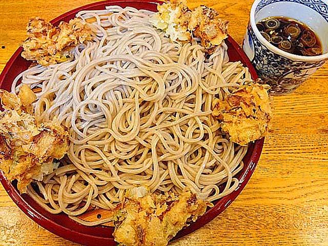 銀座の老舗「歌舞伎そば」1番人気の冷たいもりかき揚げそば470円
