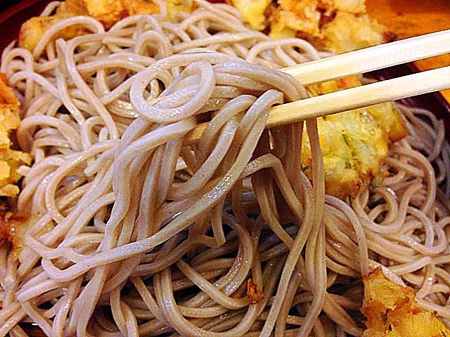 並盛りでも普通のお蕎麦屋さんの1.5倍くらいありそうな食べ応え@銀座「歌舞伎そば」