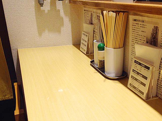 温もりが感じられる白木のカウンター席@荻窪「五稜郭」