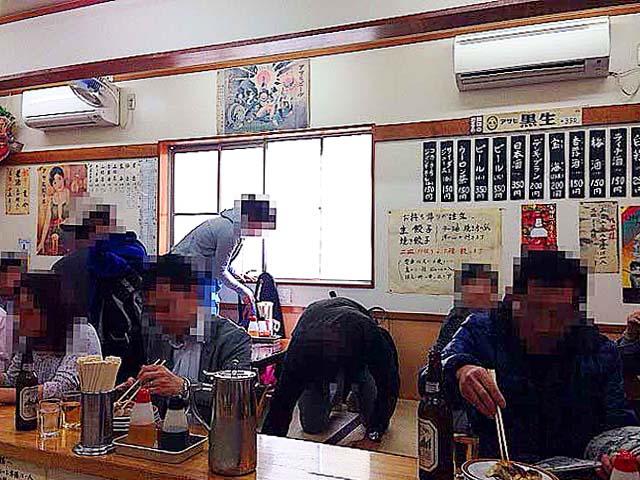 名物の餃子を頬張るお客さん@「亀戸餃子 本店」