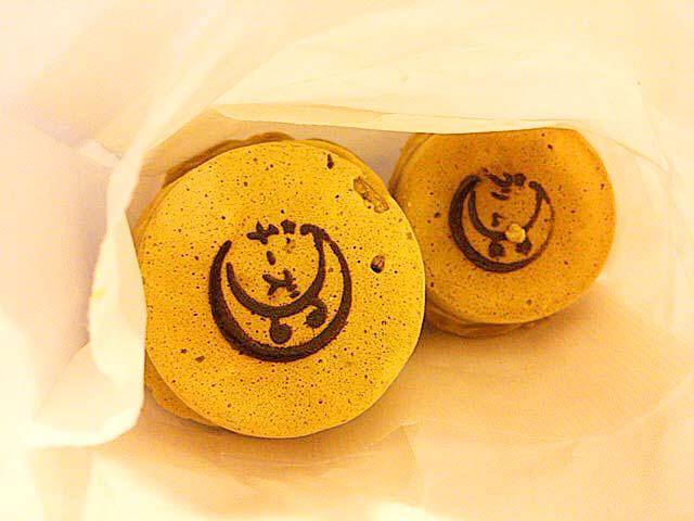 麻布十番商店街で人気の老舗「月島家」の生地に黒糖を使った今川焼き