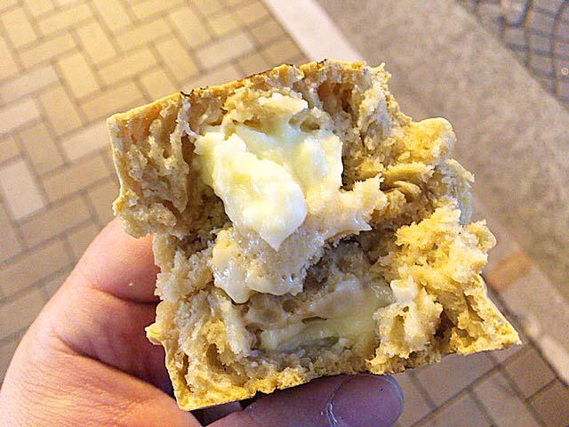 麻布十番商店街で人気の老舗「月島家」の生地に黒糖を使った今川焼き(チーズ)