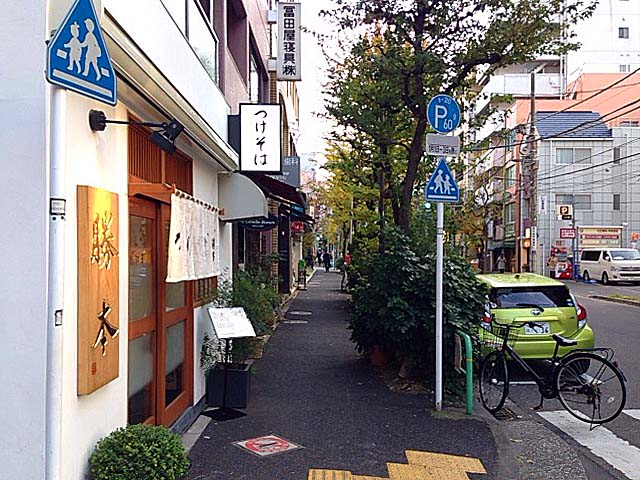 地下鉄神保町駅徒歩4分。2016年2月開業のつけ麺専門店「神田 勝本」