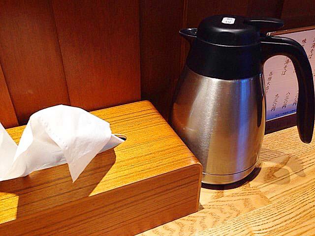 冷水ポットとボックスティッシュも完備@「神田 勝本」