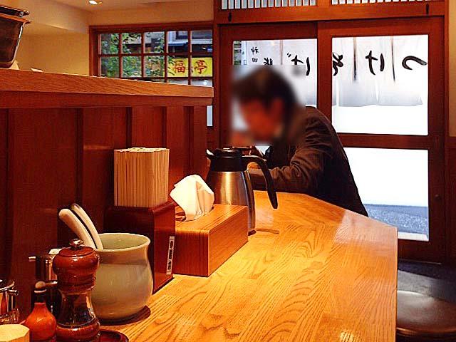 和食店を彷彿とさせる清潔で明るい店内は、ゆるやかなL字型カウンター13席@「神田 勝本」