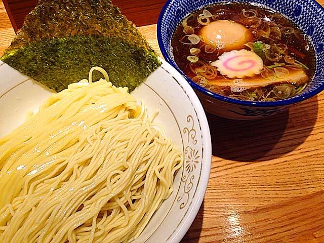 1回で太麺・細麺が楽しめるつけ麺専門店「神田 勝本」の味玉清湯(しょうゆ)つけそば