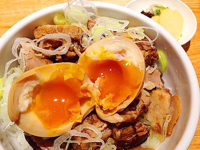 味玉オンした炙りチャーシューご飯@「神田 勝本」