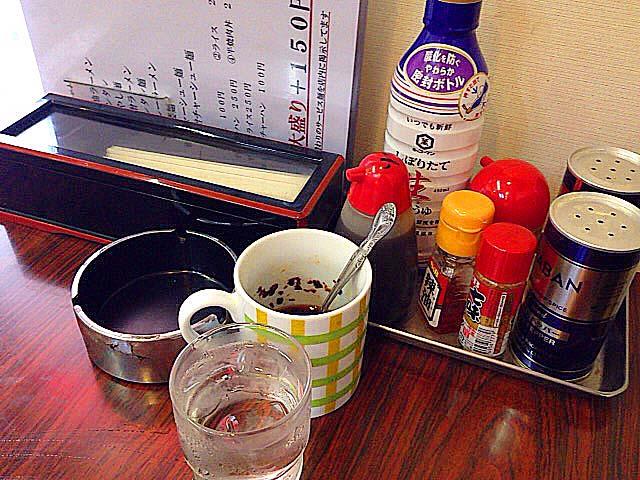 定番の卓上調味料もバッチリ配置で、自家製ラー油も完備@神楽坂「五芳斉」
