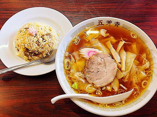神楽坂の老舗町中華「五芳斉」のワンタン麺と半チャーハン