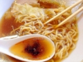 [神楽坂][早稲田][牛込柳町][ラーメン][チャーハン][中華][定食・食堂]途中でマグカップに入った自家製ラー油をレンゲにちょこん