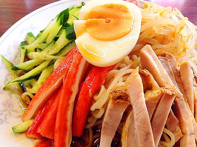 チャーシュー、モヤシ、キュウリ、カニカマにゆで卵@神楽坂「五芳斉」の冷し中華