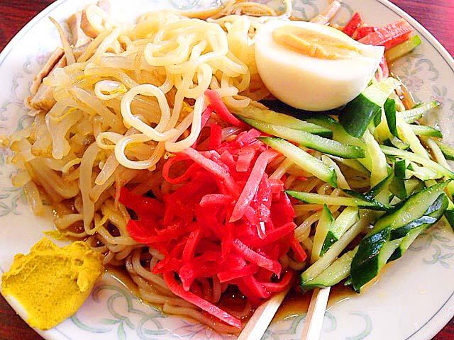 カラシをつけて吸い込む麺、覚えるいくばくの刺激@神楽坂「五芳斉」の冷し中華