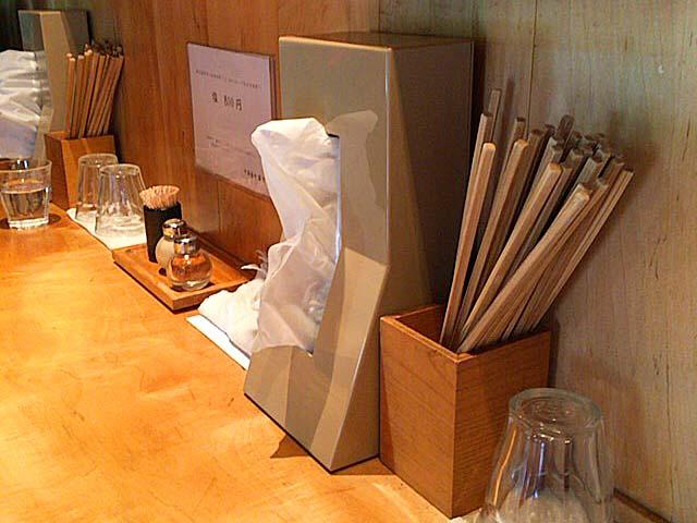 L字型カウンター8席のみ。煮干しの香り漂う温かみのある店内@方南町「中華蕎麦 蘭鋳」