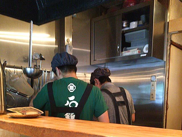毎度淡々と切り盛りする店主達@方南町「中華蕎麦 蘭鋳」