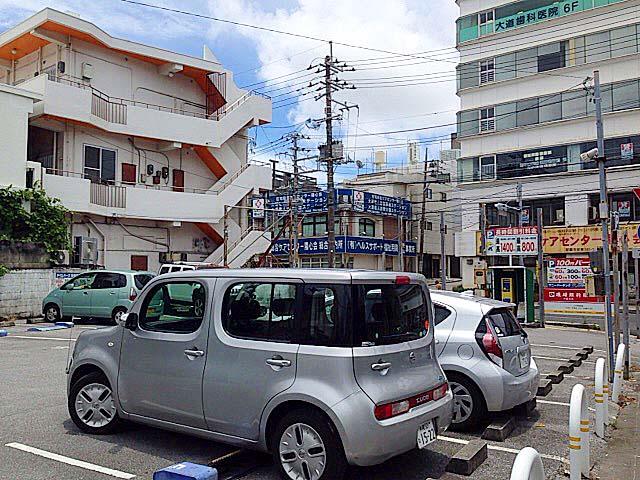 沖縄「肉マースソバ・マサミ」すぐそばにある大きめのコインパーキング