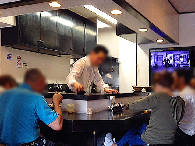 L字型カウンター7席、オーナー1人ですべてこなす@沖縄「肉マースソバ・マサミ」