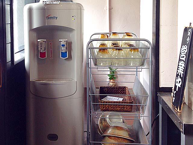 お冷は券売機そばのウォーターサーバーで注ぐセルフサービス方式@沖縄「肉マースソバ・マサミ」