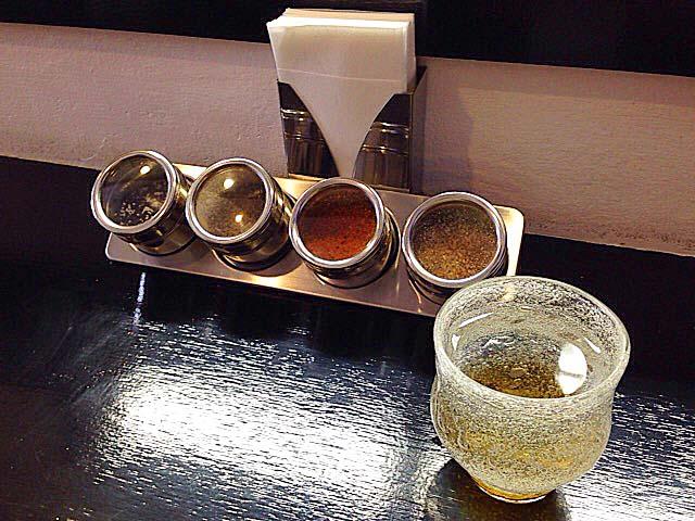 胡麻塩・黒胡椒・柚子七味・すり胡麻、一般的なラーメン店ではおよそ見かけないチョイス@沖縄「肉マースソバ・マサミ」