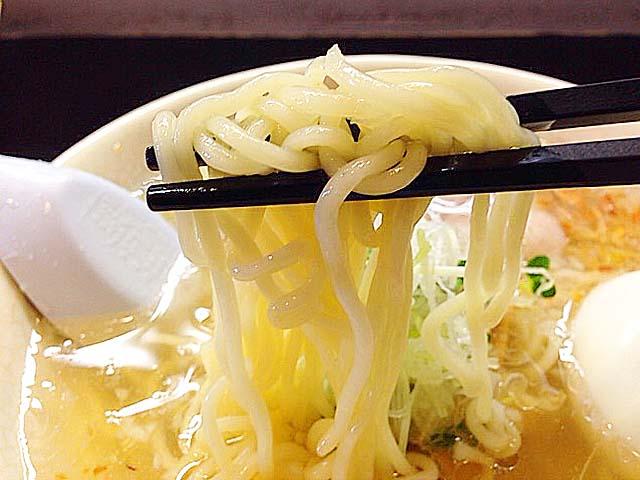 国産100%小麦に新潟県産コシヒカリの米粉をブレンドした中太ストレート麺@沖縄「肉マースソバ・マサミ」