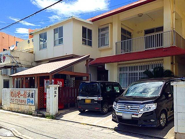 お店正面右隣りに2台+他に7台=計9台分の駐車スペース@北谷町の沖縄そば専門店「浜屋」