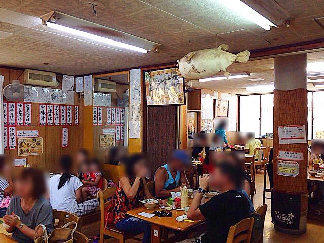 大盛況な大衆食堂といった雰囲気の北谷町の沖縄そば専門店「浜屋」
