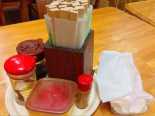 コーレーグスや紅生姜などの各種調味料@北谷町の沖縄そば専門店「浜屋」