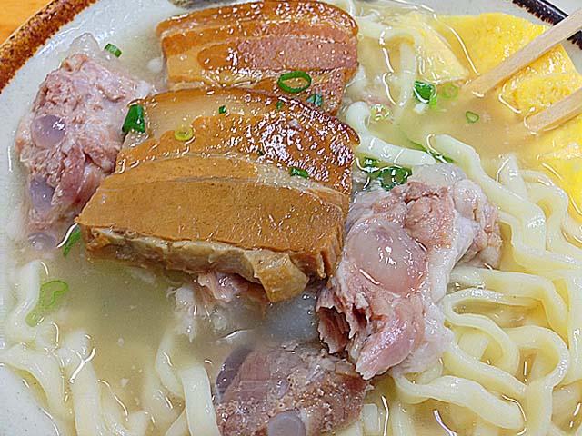軟骨ソーキ肉と三枚肉が楽しめる北谷町「浜屋」の沖縄そば