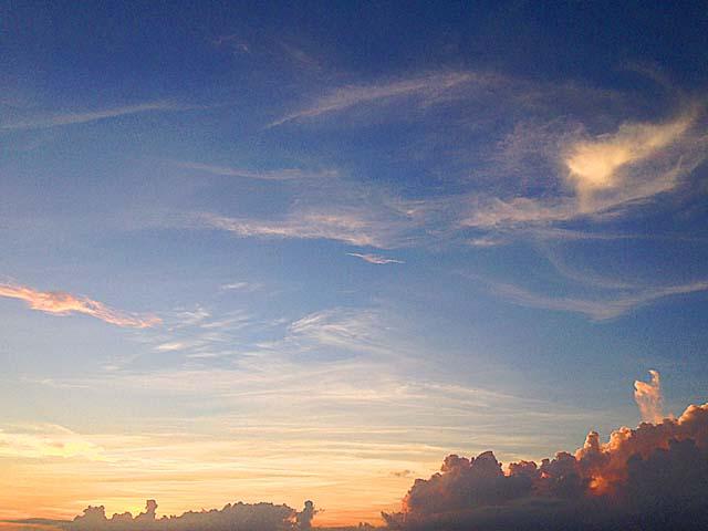 夕焼け模様が絶景の沖縄本島中部の宮城海岸