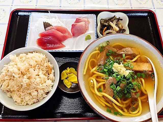 つゆよりも濃い、ウコンを練り込んだウソンな麺!石垣島「のりば食堂」のそば定食