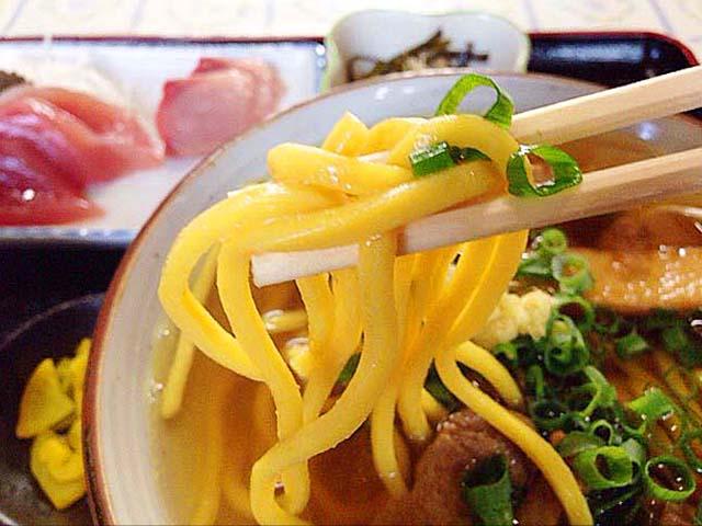 黄味がかったウコン麺が特徴的な石垣島「のりば食堂」の沖縄そば