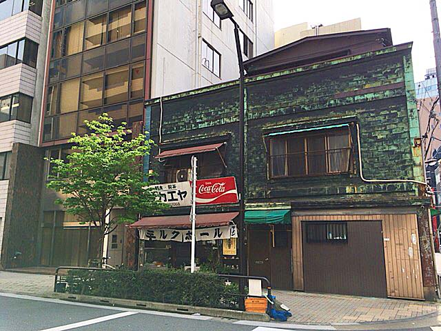 建物自体が相当古いため、お店正面左隣りのビルが新しく見えちゃう不思議@神田「栄屋ミルクホール」