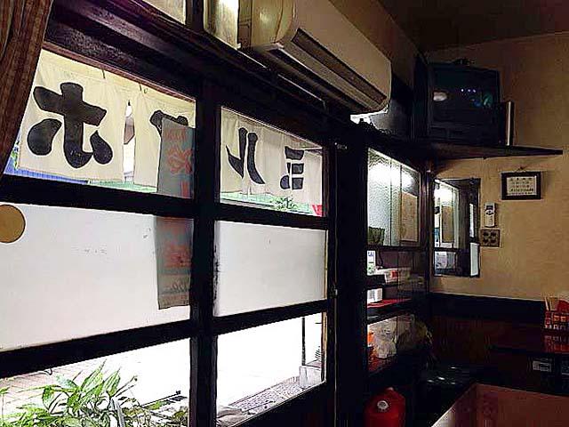 専門家じゃなくともどう見たって古いと分かる引き戸@神田「栄屋ミルクホール」