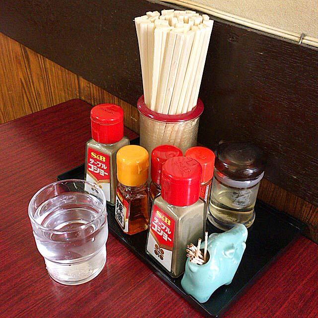 胡椒の数が他の倍(2本)の卓上調味料類@神田「栄屋ミルクホール」