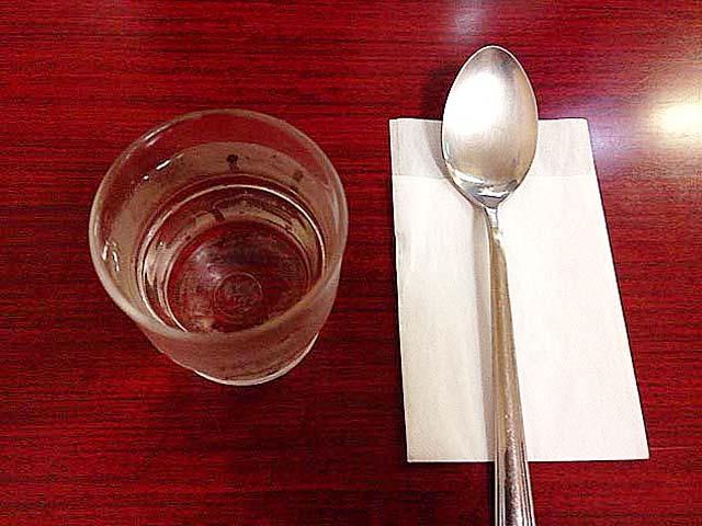 カレーライスを注文するとやって来るスプーンと紙ナプキン@神田「栄屋ミルクホール」