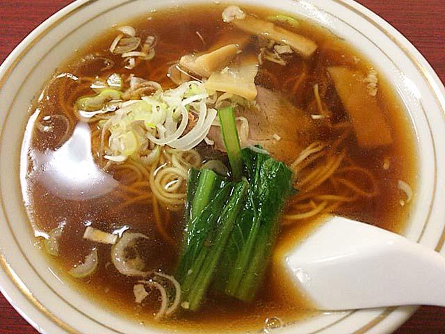 具はチャーシュー、メンマ、青菜にネギの醤油ラーメン@神田「栄屋ミルクホール」
