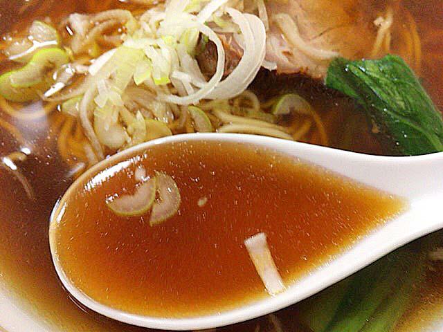 鶏ガラ、ニンニク、野菜を濁らせないようコトコト煮込んだ醤油味のスープ@神田「栄屋ミルクホール」