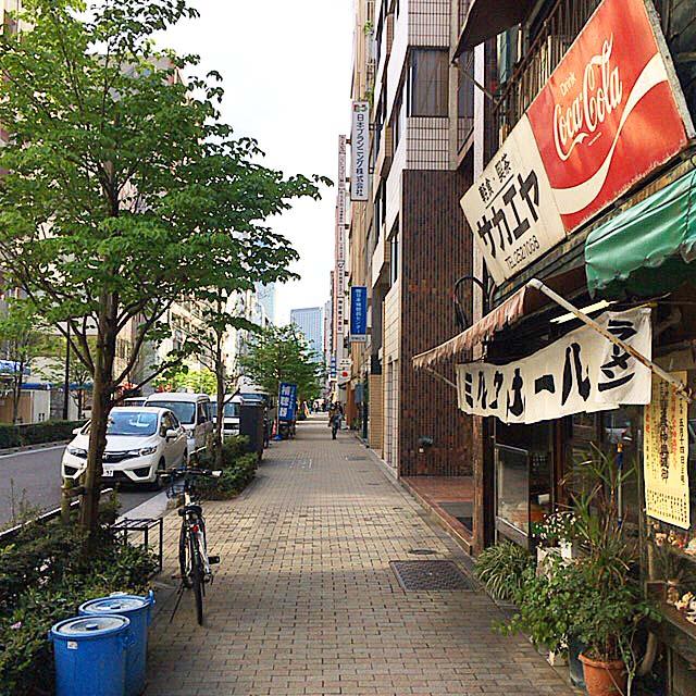 お店を出れば、ガラリと平成@神田「栄屋ミルクホール」