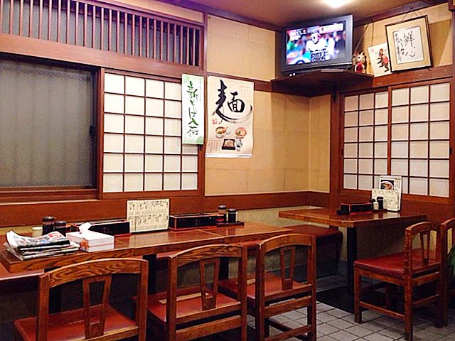 4名掛けテーブルメイン、まったり落ち着く空間@新宿御苑前「そば処 更科」