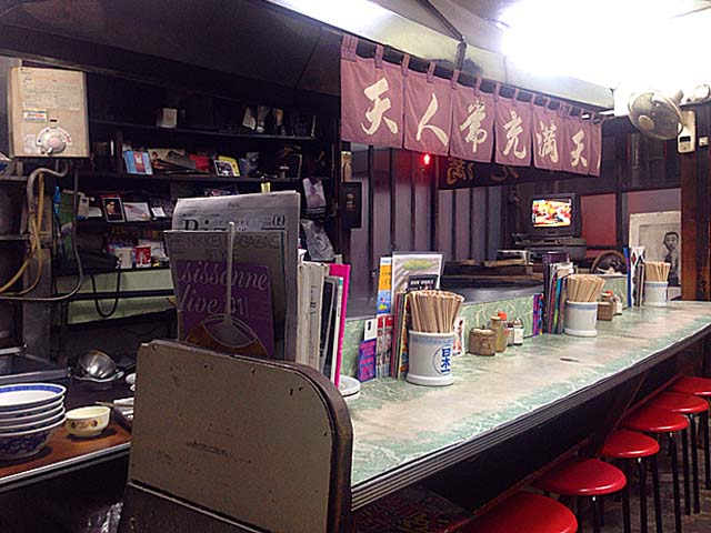 L字型カウンター12席に4名掛けテーブル3卓の計24席@笹塚の老舗「中華そば 福寿」