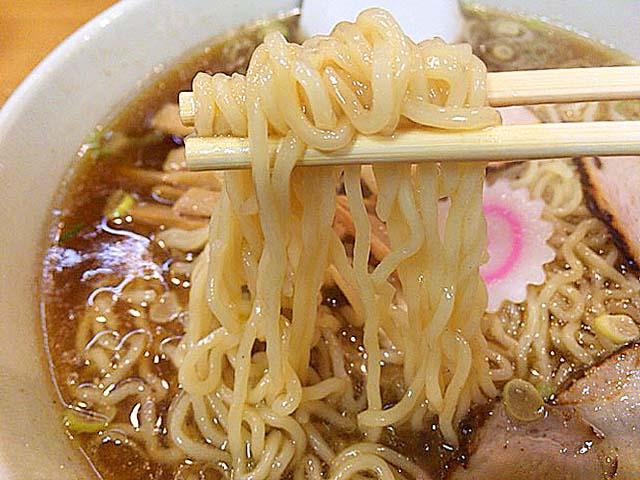 スープと添い遂げるように、なめらかな舌触りな「永福町大勝軒」の中太縮れ麺