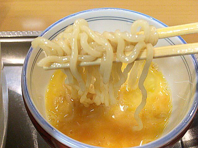 アツアツスープだからこそ真価を発揮する生玉子@永福町大勝軒