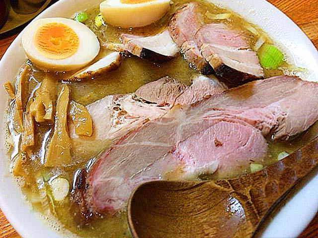 """""""肉麺""""の名に恥じない、ぶ厚いチャーシューてんこ盛りな赤羽「麺 高はし」のミックス肉麺"""