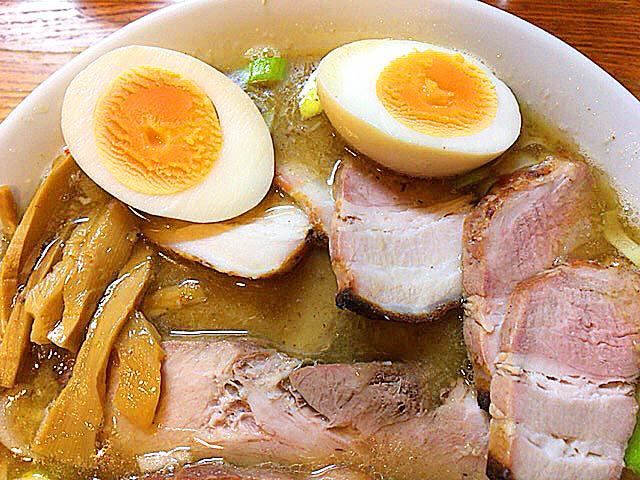 豚肩ロースと豚バラ、2種類の肉厚チャーシューが楽しめる赤羽「麺 高はし」のミックス肉麺