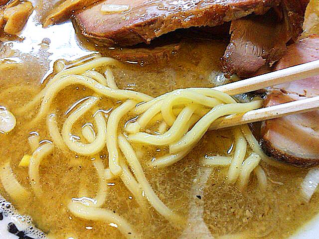 老舗製麺所・浅草開化楼の中太麺との相性もバッチリ@赤羽「麺 高はし」